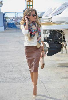 une jupe droite de couleur beige, femme avec lunettes de soleil moderne, coiffure négligente