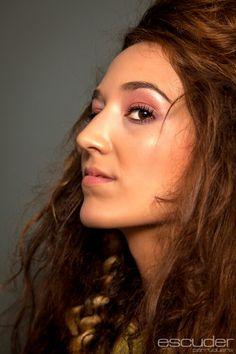 Maquillaje creado con NEE para evento de peluqueria un exesivo look de mucha luz con tonos rosa palo y dorados de fondo para dar sensación de un rostro plastificado. Peluqueria creativa  de  SILVIA ESCUDER PERRUQUERS