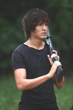 """Actor Lee Min-ho showed off his shooting skills in the Thailand shoot for new SBS drama """" City Hunter """" coming this 25th."""