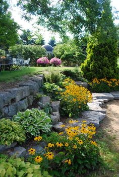 Easy Diy Garden Projects You'll Love Garden Stones, Garden Paths, Lawn And Garden, Hillside Landscaping, Landscaping With Rocks, Landscaping Ideas, Outdoor Landscaping, Sloped Garden, Shade Garden