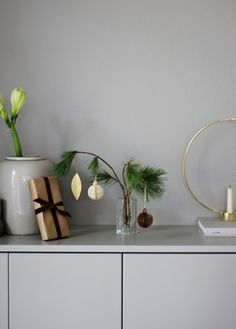 Scandinavian-Inspired Minimal Holiday Décor Ideas Because simplicity is the ultimate sophistication. Minimal Christmas, Christmas Mood, Green Christmas, Scandinavian Holidays, Scandinavian Interiors, Advent, Table Setting Inspiration, Interior Inspiration, Nordic Design