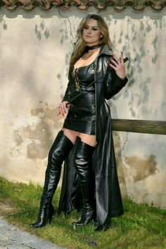 Domina wearing leather with whip Long Leather Coat, Leather And Lace, Leather Boots, Black Leather, Sexy Stiefel, Leder Outfits, Fetish Fashion, Leather Dresses, Sexy Boots