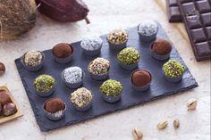 I tartufi di cioccolato sono piccoli cioccolatini realizzati con cioccolato al latte e cioccolato fondente ricoperti di cacao,  cocco e granella.