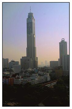 De Baiyoke Sky Hotel Bangkok, rising 88-storeys above Bangkok's skyline, is Thailand's tallest n Bangkok's most scenic hotel, located in de heart of downtown Bangkok_ Thailand