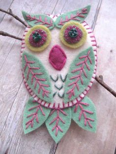 Leafy Owl Brooch/Pendant by SandhraLee on Etsy Felt Owls, Felt Birds, Fabric Crafts, Sewing Crafts, Sewing Projects, Felted Wool Crafts, Owl Ornament, Crochet Amigurumi, Felt Embroidery
