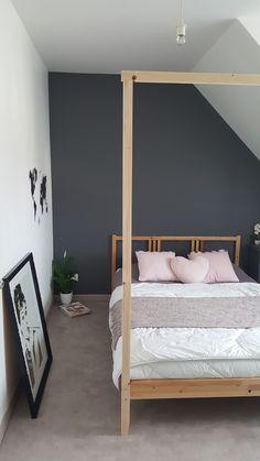 Hack en cours. Petite transformation d'un lit ikea basique en un lit style baldaquin. Les idées viennent au fur et à mesure mais la tête de lit elle aussi y passera 😂. La structure sera repeinte en blanche. Sur le cadre au niveau des pieds, sera fixé une jolie branche de bouleau ( un petit tour en forêt s'impose )😄 en guise de barre rideaux. La touche final sera les rideaux ou plutôt voilages 1er prix d'ikea. Une petite plante et une guirlande lumineuse. Ikea Hack, Barre, Bed, Furniture, Home Decor, Style, Sheer Curtains, Curtains, Birch Branches