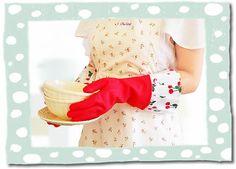 De rode Gloveables met kersenprint in actie tijdens de afwas! Te koop op www.funables.nl. Gloves, Dish, Pretty, Plate