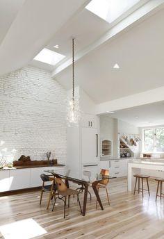 De woonkamer van dit huis in Boston is een jaloersmakend grote, open ruimte - Roomed | roomed.nl