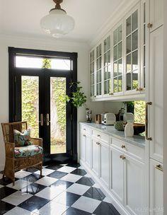 Parisian Kitchen, Vintage Kitchen, Bistro Kitchen Decor, French Bistro Kitchen, Estilo Joanna Gaines, Classic Kitchen, Glass Front Cabinets, Style Deco, Cuisines Design