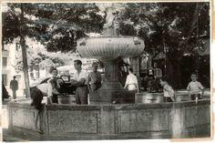 Chicos juegan en la fuente de la plaza del Campillo. Fecha desconocida, Torres Molina/Archivo de IDEAL