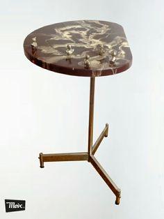 #mesa auxiliar greta de #moix: años 70 con sobre de railite (marmoleado) intervenidos con figuras de ajedrez y pies cromados 75€