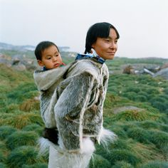 Meqo carrying her child, Else, in a seal skin anorak Qeqertat (Greenland), 1998 People Photography, Portrait Photography, Art Academy, White Dogs, Pictures Of You, What Is Like, World Cultures, Ny Times, Photography