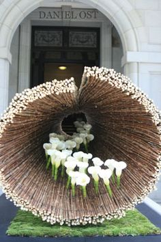 Daniel Ost curated a tunnel of stems leading onward to mystery. Daniel Ost, Ikebana, Contemporary Flower Arrangements, White Flower Arrangements, Flower Show, Flower Art, Art Floral, Floral Design, White Flowers