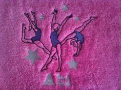 """Passionnée par la gymnastique, offrez lui cette douce serviette éponge personnalisée du prénom de votre choix et brodée du motif """"Gymnastics"""". Voilà un cadeau unique, original et très utile."""