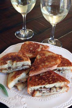 Sanduíche de queijo com cogumelos (via: Wine)  Ingredientes: - 100 gramas de cogumelos frescos variados; - 1 dente de alho picado; - 1 colher de sopa de azeite; - 1 colher de manteiga; - 150 gramas de mozarela ralada; - 6 fatias de pão italiano (pão francês serve); - Pimenta do reino abundante; - Salsinha picada; - Sal a gosto.  Refogue os ingredientes (menos o queijo). Fatie os pães e passe a manteiga. Monte os sanduíches e prense no tostex até a casca do pão dourar ou o queijo derreter.