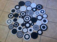 Tapete em crochê com união de circulos nas cores de sua preferência.  Consulte conosco as cores disponíveis do fabricante de fios....