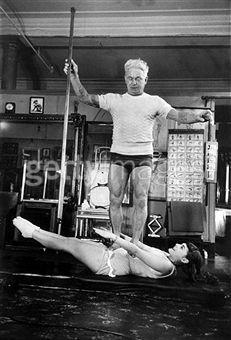 """Joseph Pilates enseñando el famoso """"cien""""!"""