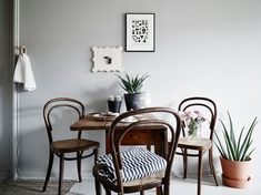59 Inspiring Scandinavian Dining Room Design for Small Space - About-Ruth Scandi Home, Scandinavian Home, Grey Floorboards, Decoracion Vintage Chic, Bentwood Chairs, Wooden Chairs, Compact Living, Dining Room Design, Ideal Home