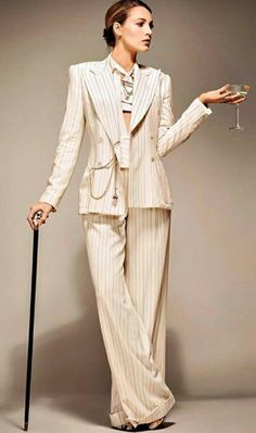 Pinstripe suit and a martini? Is Blake Lively trying to become the new Esmé Squalor in A Simple Favor? Nice to see she borrowed Georgina's cane for the occasion. Mode Blake Lively, Blake Lively Outfits, Blake Lively Style, Elegantes Business Outfit, Elegantes Outfit, Suit Fashion, Fashion Outfits, Womens Fashion, Estilo Serena Van Der Woodsen