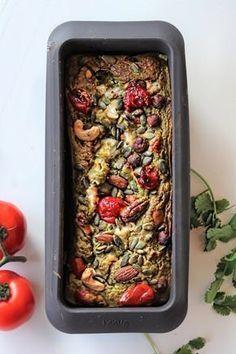 Een hartig brood van courgette gevuld met noten, geitenkaas, tomaatjes en pesto. Oh yes, ik weet het zeker, dit heerlijke brood is een blijvertje! Smeuïg, smaakvol en ook nog eens ontzettend voedzaam. Ik kan bijna niet geloven dat het glutenvrij is. Veggie Recipes, Lunch Recipes, Low Carb Recipes, Real Food Recipes, Vegetarian Recipes, Yummy Food, Healthy Recipes, Healthy Baking, Healthy Snacks