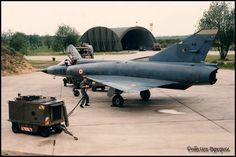 """""""Mirage III C"""" n°90, 10-RR de retour de vol.Le camion-citerne est arrivé mais le mécano semble avoir un pb de longueur de câble; si c'est le cas il devra déplacer tout seul (pas de véhicule par manque de budget) les 2,5 tonnes du groupe électrogène comme c'était souvent le cas en piste. Aviation Militaire, Aviation, Soldat, Camion Citerne, Avion De Combat"""