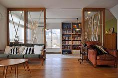 リビングから土間を通してデッキを見る。ウェグナーのソファは、奥さんがこの家でいちばんお気に入りの場所。寝転んで、映画観たりとか本読んだりするのが好きという。 My Ideal Home, Love Home, Home Library Design, Happy House, Japanese House, Prefab Homes, Room Interior, Sliding Doors, House Rooms