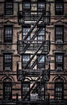 建物の、  壁   窓  階段  なのに、  アートにみえます。  細部までこだわると どこから見ても美しいのですね。  ame