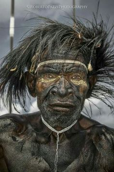 Inside the Indonesian tribe untouched by the modern world A Dani warrior with traditional headdress made through the use of the feathers of the bird of paradise. In Papua there are about 30 species of birds of paradise Old Faces, Many Faces, Beautiful World, Beautiful People, Beautiful Smile, Foto Portrait, Tribal People, Tier Fotos, World Of Color