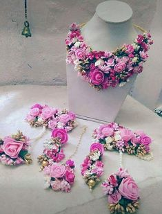 floral jewellery for Mehandi Flower Jewellery For Mehndi, Indian Jewellery Design, Flower Jewelry, Handmade Jewellery, Indian Wedding Jewelry, Bridal Jewelry, Indian Jewelry, Bridal Mehndi Dresses, Flower Ornaments