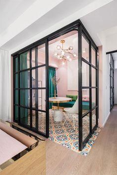 Un espacio privado y multiusosrobado al salón Cuandouna joven pareja de interioristas procedentesde Nueva York pero con raíces asiáticas se va a vivir a Hong Kong, lo que esperas es más o menos lo que muestra este apartamento completamente reformado de 110 m2: mucha modernidad, una paleta de colores perfecta, una distribución estudiadaal detalle para …