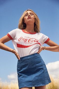Top 20 Best Models Looks Hot in Coke, Pepsi & Coca Cola Shirt - Top 10 Ranker Fashion Photography Poses, Fashion Poses, Fashion Outfits, Fashion Trends, 80s Womens Fashion, Ankara Fashion, Portrait Photography, Moda Vintage, Style Vintage