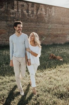 Engagement photos with dog # engagement pictures - Paarshooting - Dog Engagement Photos, Engagement Photo Outfits, Engagement Photo Inspiration, Engagement Couple, Engagement Shoots, Casual Engagement Outfit, Country Engagement, Photo Shoot Outfits, Engagement Photo Shoot Poses