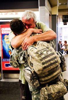 O Especialista Dean Oldt, um atirador de elite da Centésima Primeira Divisão Aérea, se reencontra com o seu pai. | As 35 fotos mais emocionantes já tiradas