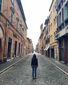 Ognuno di noi prima o poi dovrà scegliere che strada prendere... #exploring #marche #spring4igers #italia365