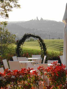 La vista straordinaria sulla campagna toscana e su San Gimignano dal ristorante romantico Taverna di Bibbiano. Loc. Bibbiano La Taverna, 35 - Colle di Val d'Elsa (Siena)