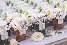 jam favors with handmade doilies   barattoli di marmellata decorati con centrini come bomboniere http://weddingwonderland.it/2016/02/un-matrimonio-mano-amore.html