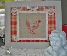 Tableau tissu et tissu en lin sur lequel est brodée une poule; décorer de galon et de dentelle ancienne. Entièrement réalisé à la main en modèle unique!   Dimensions: 37  - 17184533