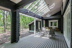 一面の窓越しに緑を望む、森の中に完成したリゾートハウスです。 開放的な大開口が特長的な建物正面、屋根の重なりが美しいエントランスサイド。見る角度により雰囲気が異...