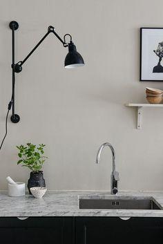 Modern yet relaxed kitchen in beige shades – Kitchen Chandelier İdeas. Decor, Modern Kitchen Interiors, Home Decor Kitchen, Kitchen Table Lighting, Lamp, Kitchen Decor, Interior, Inspiration, Home Decor