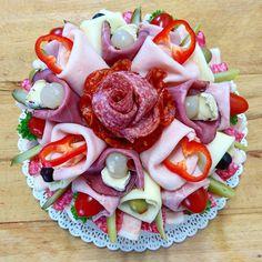Slaný dort pro muže i ženy, pro ty co chtějí něco jiného než sladký dort od www.cukrovi-kuncovi.cz www.cukrovi-kuncovi.cz/studena-kuchyne/slane-dorty Salty Cake, Caprese Salad, Food, Essen, Meals, Yemek, Insalata Caprese, Eten