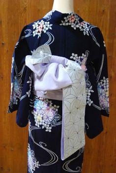 浴衣に合わせた帯結び*   きものショップ 古々屋 Kimono Design, Yukata, Geisha, Fashion Beauty, Kimono Top, Japanese Style, Women, Kimonos, Traditional Clothes