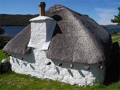 Ecosse : Maison au toit de chaume © anilio   La toiture est maintenue par un treillis lesté de galets.  Écosse