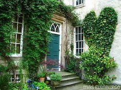 Recorre la Royal Mile de Edimburgo y descubre los jardines secretos tras sus edificios históricos.