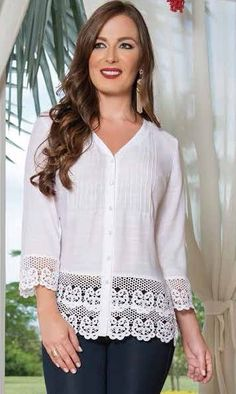 Blusa blanca con guipiure Lace Top Dress, Blouse And Skirt, Blouse Dress, Blouse Styles, Blouse Designs, Hijab Fashion, Fashion Outfits, Womens Fashion, Classy Suits