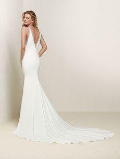 Elegante vestido de novia de escote halter perfilado con fina pedrería - Drabea - Pronovias