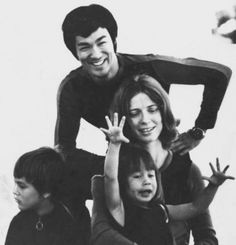 Bruce Lee with wife Linda and their children Brandon & Shannon Artiste Martial, Martial Artist, Brandon Lee, Kung Fu, Wing Chun, Interracial Celebrity Couples, Bruce Lee Collection, Bruce Lee Pictures, Bruce Lee Art