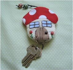 little mushroom key ring Sewing Art, Love Sewing, Sewing Crafts, Sewing Projects, Diy Arts And Crafts, Felt Crafts, Fabric Crafts, Key Bag, Key Pouch