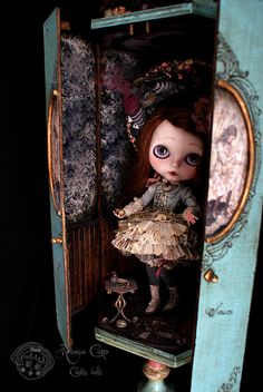 "Alice room box for Sauco Piece unique - Blythe doll 2011 Handmade in wood ""Rebeca Cano ~ Cookie dolls"" © All rights reserved Pullip Custom, Custom Dolls, Doll Carrier, Cute Canvas, Doll Display, Creepy Dolls, Little Doll, Collector Dolls, Blythe Dolls"