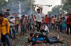 """Una processione ad Ahmedabad, in India, che anticipa la grande festa di Ratha-Yatra. Dal 6 luglio i fedeli indù prenderanno parte a processioni in cui le statue delle divinità Jagannath, Balabhadra, Subhadra e Sudarshana saranno portate su delle carrozze. Le due parole sanscrite che formano il nome della festa significano """"carrozza"""" (Ratha) e """"viaggio"""" (Yatra) - (Amit Dave, Reuters/Contrasto)"""