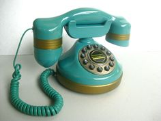 Vintage Teal Hollywood Telephone via Etsy. Telephone Retro, Retro Phone, Antique Phone, Retro Office, Vintage Phones, Old Phone, Kids Diet, Landline Phone, Vintage Antiques